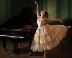 Miniska Mónika zongarművész koncertje